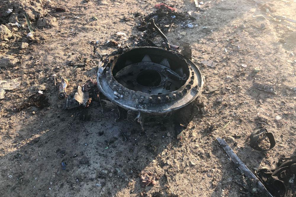 Fragmenty samolotu, który rozbił się w Iranie.