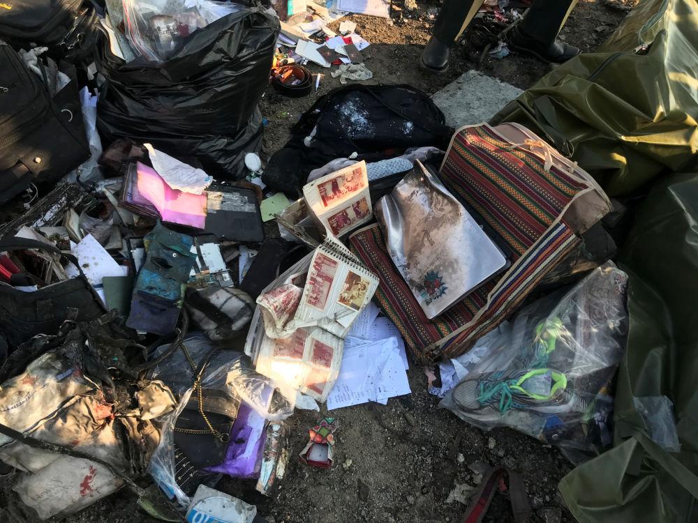 Rzeczy osobiste pasażerów na miejscu katastrofy samolotu w Iranie.