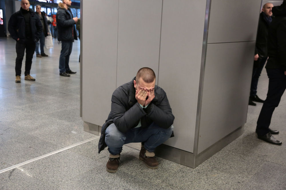 Krewni ofiar katastrofy samolotu w Iranie na lotnisku w Brukseli.