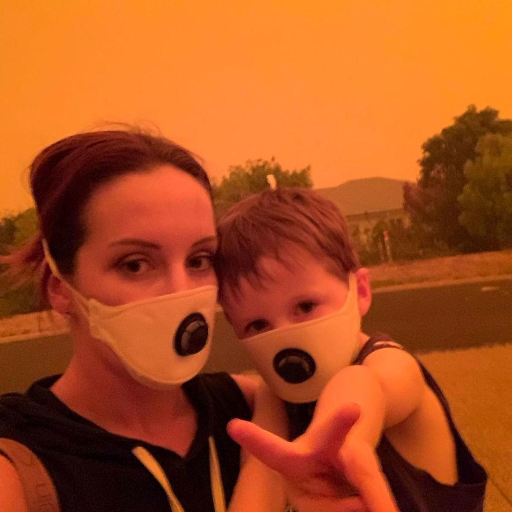 Mama z synem w maskach ochronnych, Australia