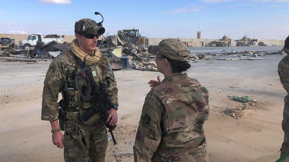 Żołnierze w miejscu ostrzału amerykańskiej bazy wojskowej w Iraku