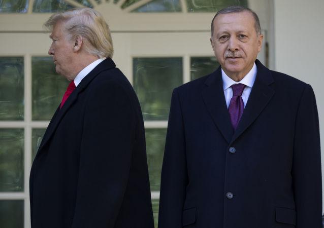 Prezydent USA Donald TRump i prezydent Turcji Recep Tayyip Erdogan przed spotkaniem w Białym Domu