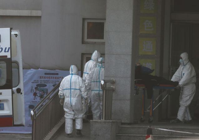 Hospitalizacja zainfekowanego nowym koronawirusem w Wuhan w Chinach