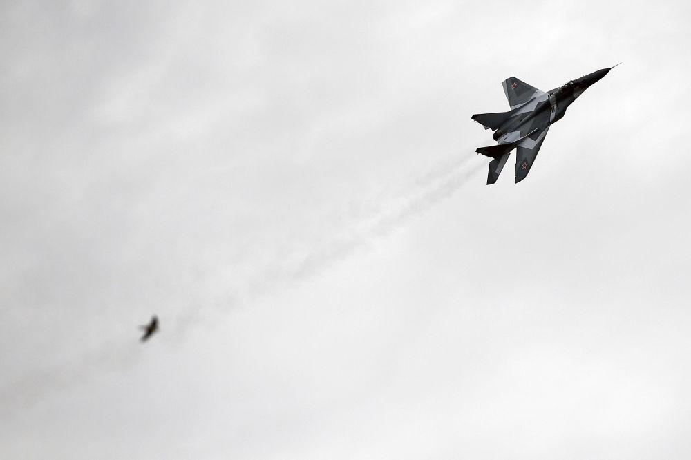 Wielozadaniowy myśliwiec MiG-29 podczas prób na poligonie.