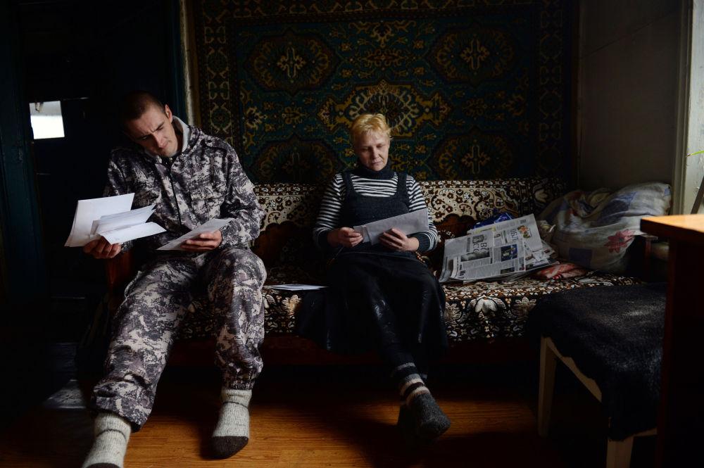 Mieszkańcy wsi Szaburowo  w obwodzie swierdłowskim przeglądają korespondencję i dostarczone przez pocztę towary