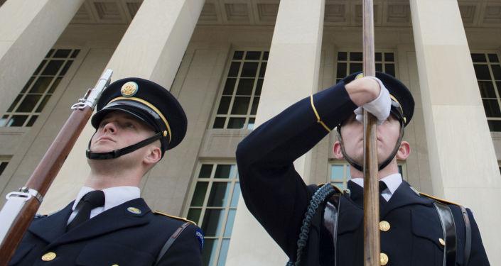 Amerykańscy żołnierze pod budynkiem Pentagonu