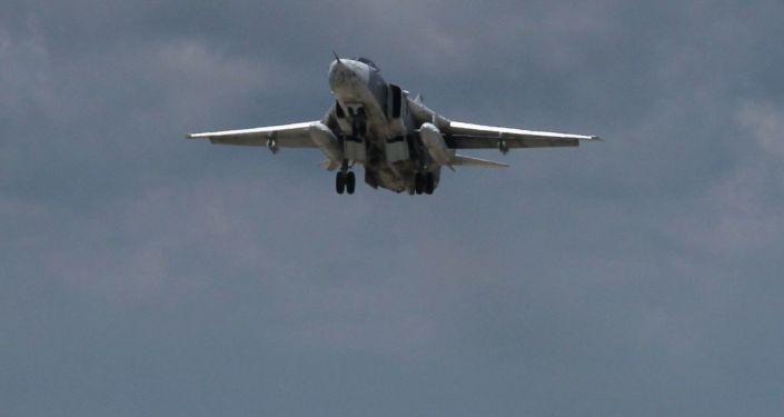 Rosyjski bombowiec Su-24 startuje z lotniska Latakia w Syrii