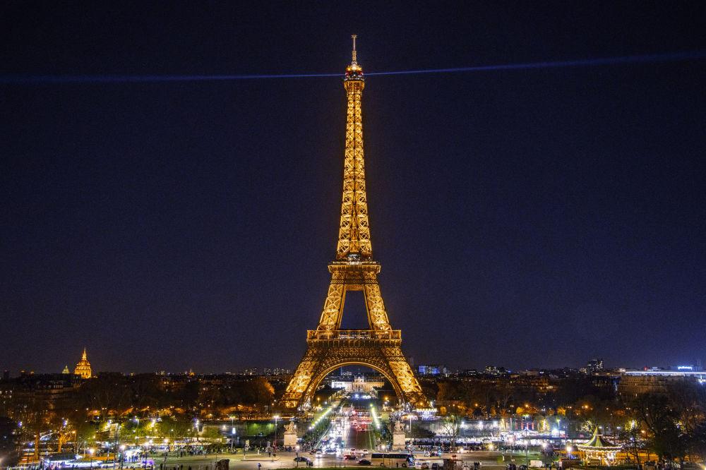 Wieża Eiffla w Paryżu z włączonym oświetleniem