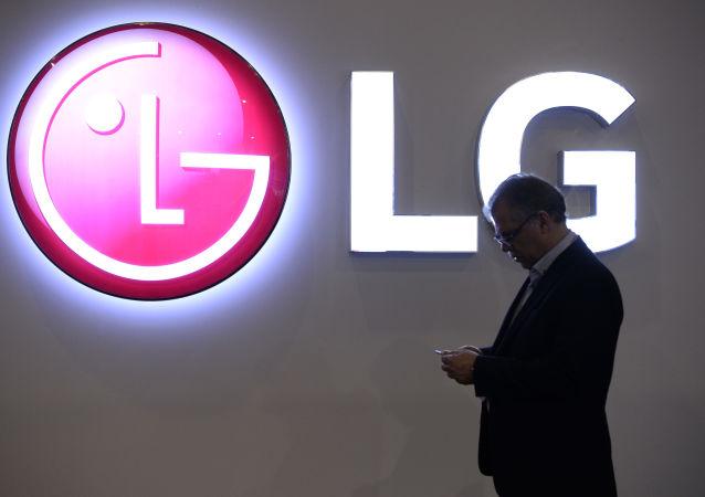 Mężczyzna na tle logo LG podczas Mobile World Congress w Barcelonie, Hiszpania