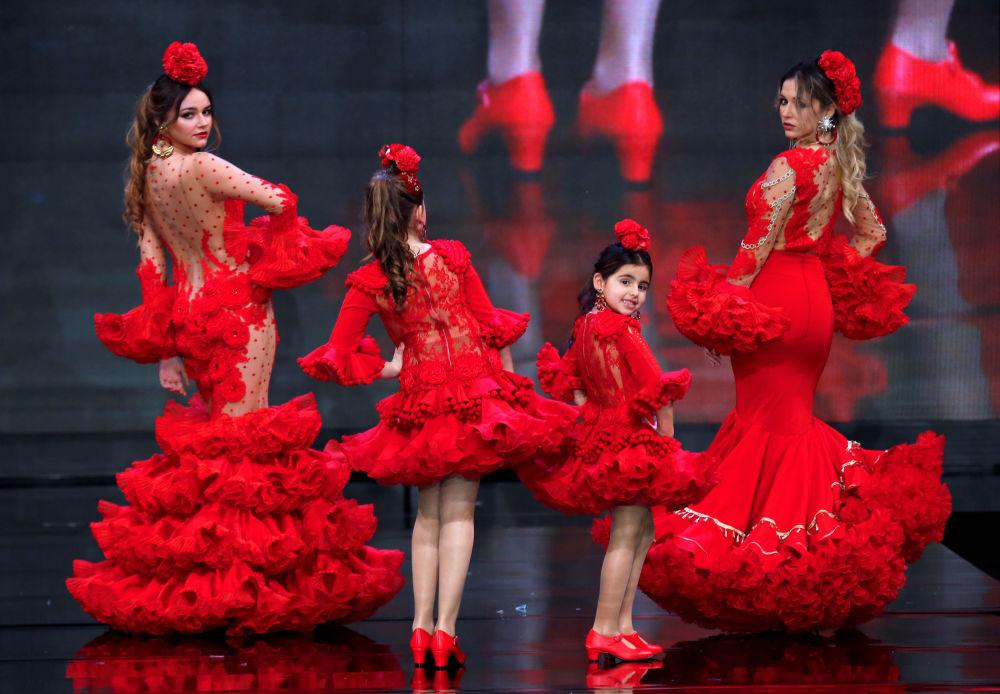 Modelki w kreacjach projektantki Teressa Ninu podczas Międzynarodowego Pokazu Flamenco Fashion Show