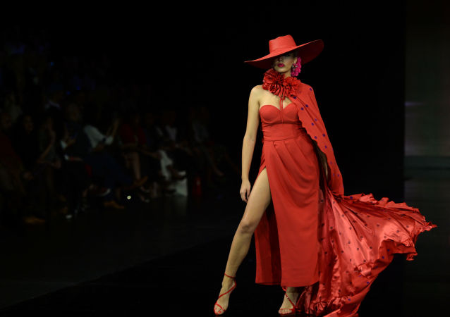 Modelka w kreacji zaprojektowanej przez Veronica de la Vega podczas Międzynarodowego Pokazu Flamenco Fashion Show