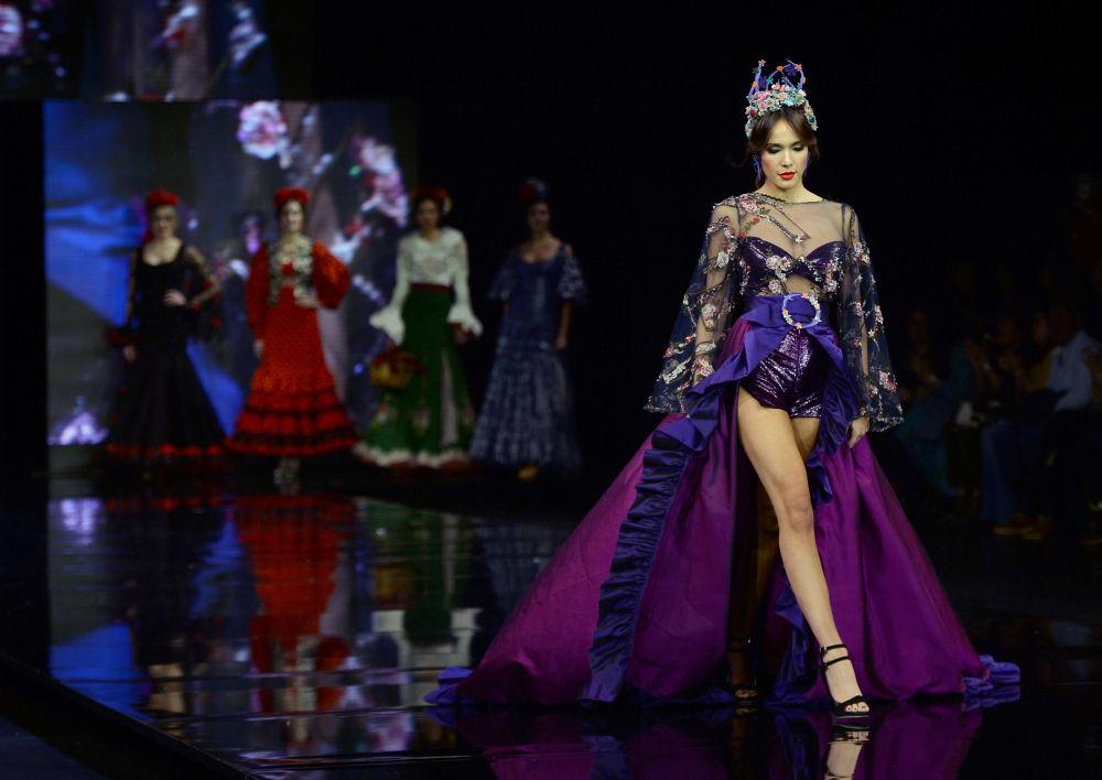 Modelka w kreacji zaprojektowanej przez Atelier Rima podczas Międzynarodowego Pokazu Flamenco Fashion Show