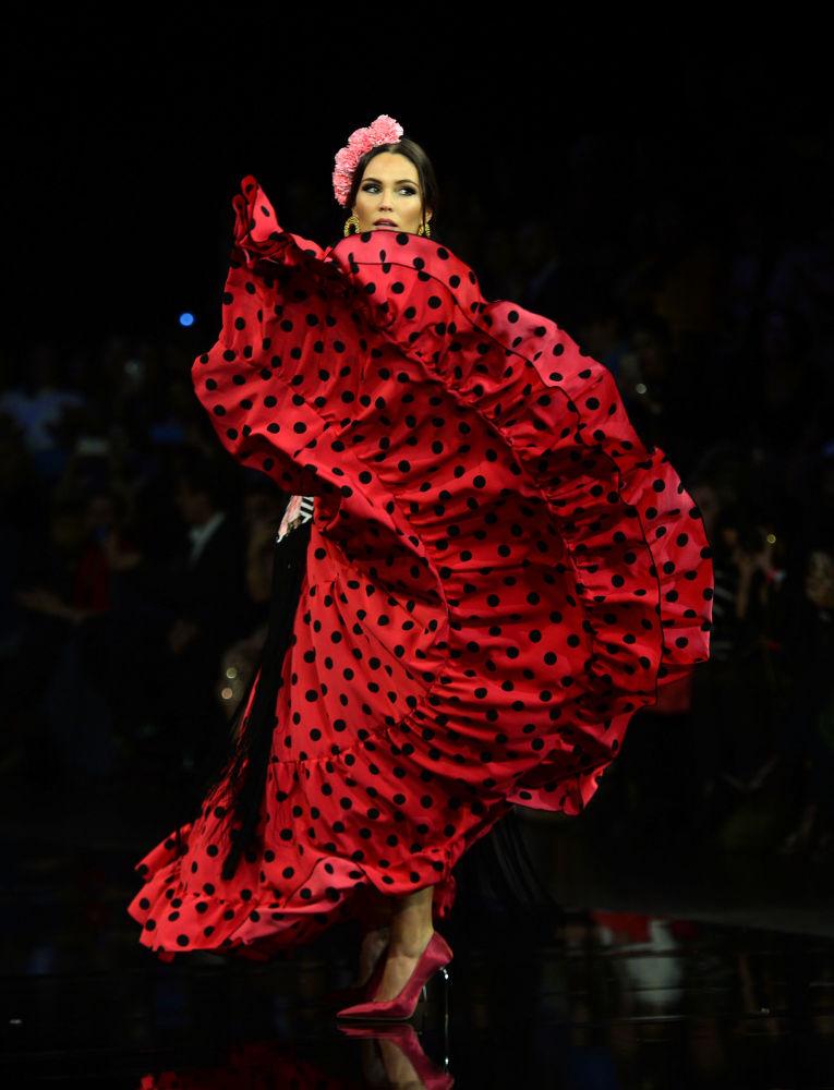 Modelka w kreacji zaprojektowanej przez Adelina Infante podczas Międzynarodowego Pokazu Flamenco Fashion Show