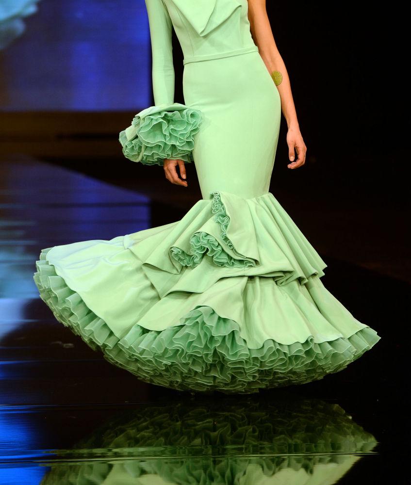 Modelka w kreacji zaprojektowanej przez Carmen Raimundo podczas Międzynarodowego Pokazu Flamenco Fashion Show