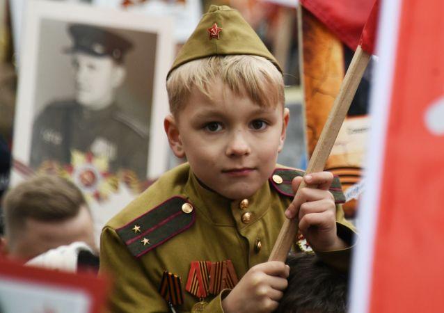 """Uczestnik akcji """"Nieśmiertelny Pułk"""" w Moskwie"""