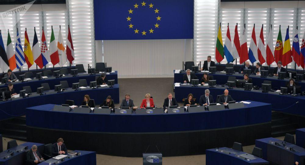 Deputowani na sesji plenarnej Parlamentu Europejskiego w Strasburgu