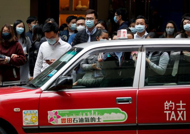 Ludzie w maskach ochronnych na ulicach Hongkongu