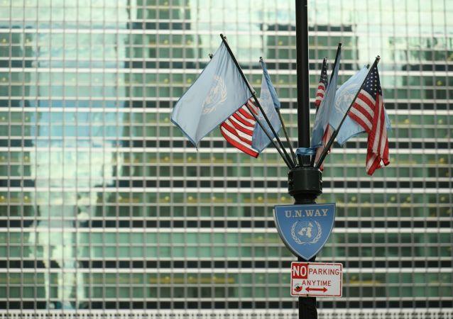 Flagi USA i ONZ pod budynkiem kwatery głównej ONZ w Nowym Jorku