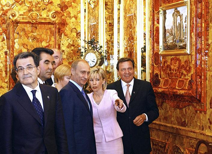 Władimir Putin i Gerhard Schröder w odtworzonej Bursztynowej Komnacie w Pałacu Katarzyny