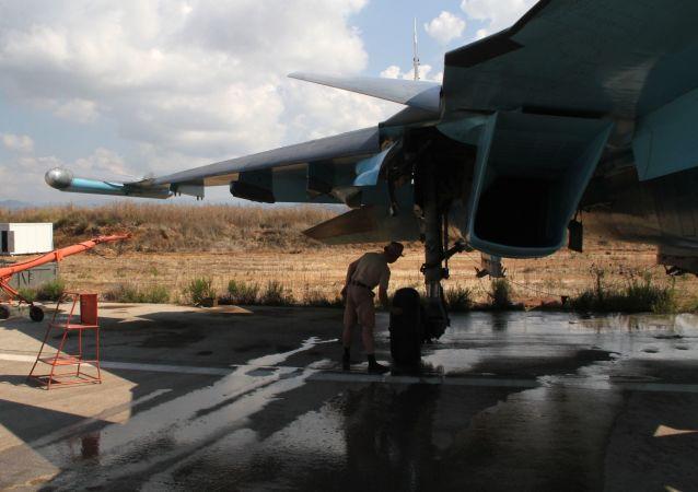 Rosyjski samolot bojowy w bazie lotniczej Hmeymim w Syrii