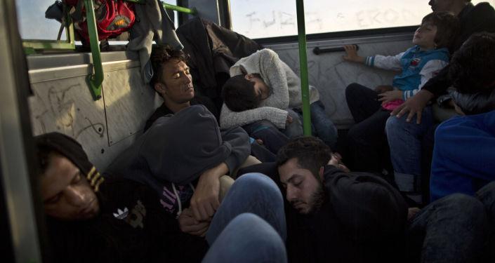 Czekający na pociąg do granicy uchodźcy śpią w autobusie