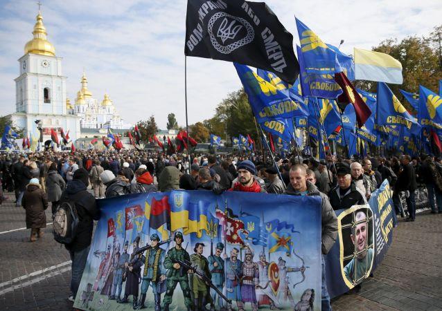 Członkowie radykalnych organizacji Prawy Sektor i Swoboda podczas pochodu w Kijowie z okazji Dnia Obrońcy Ukrainy