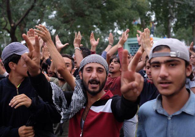 Syryjscy imigranci w miasteczku namiotowym na turecko-greckiej granicy