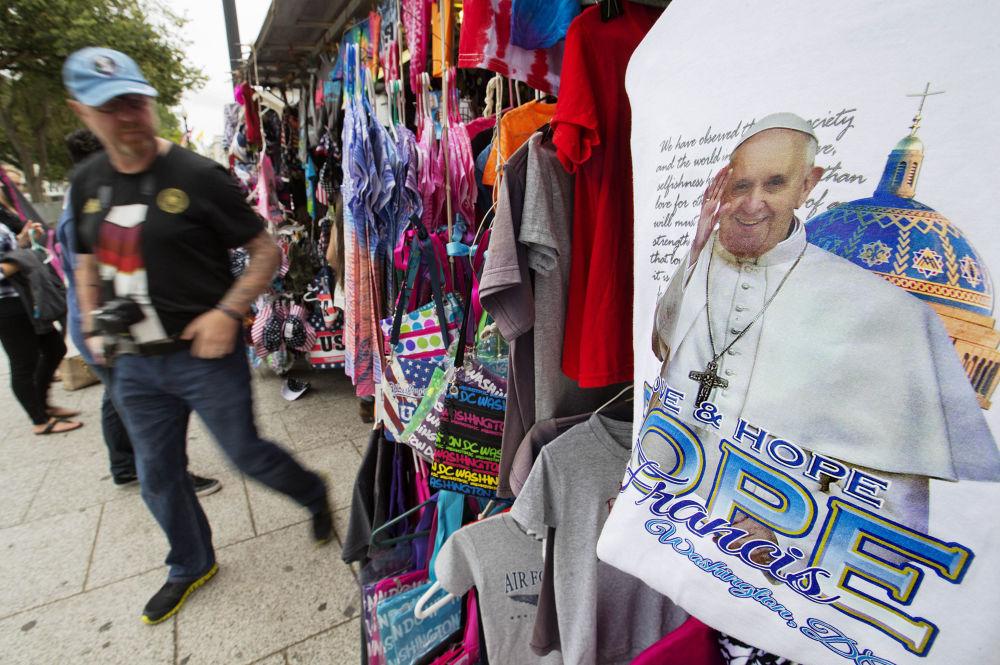 Koszulka ze zdjęciem Papy Rzymskiego Franciszka w sklepie w Warszawie