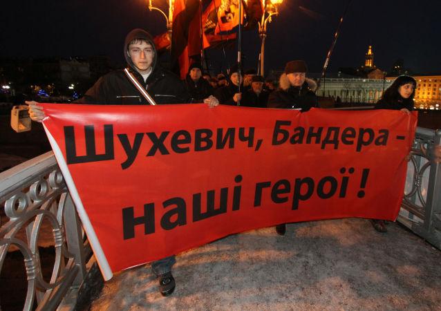 Pochód w Kijowie ku czci dowódcy UPA Romana Szuchewycza