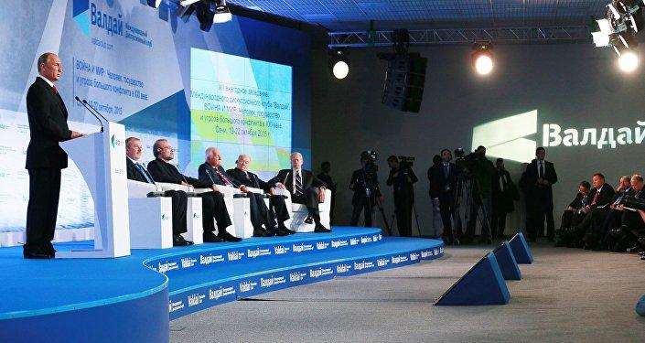 """Władimir Putin podczas wystąpienia na forum klubu """"Wałdaj"""""""