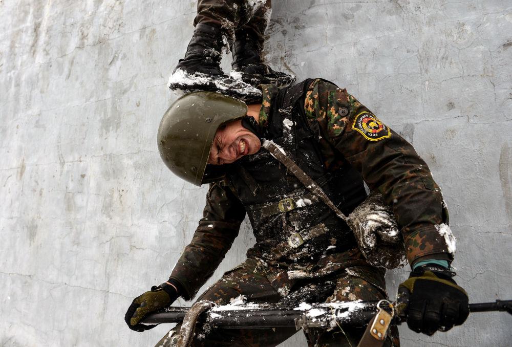 Żołnierz Ministerstwa Spraw Wewnętrznych podczas ćwiczeń wojskowych