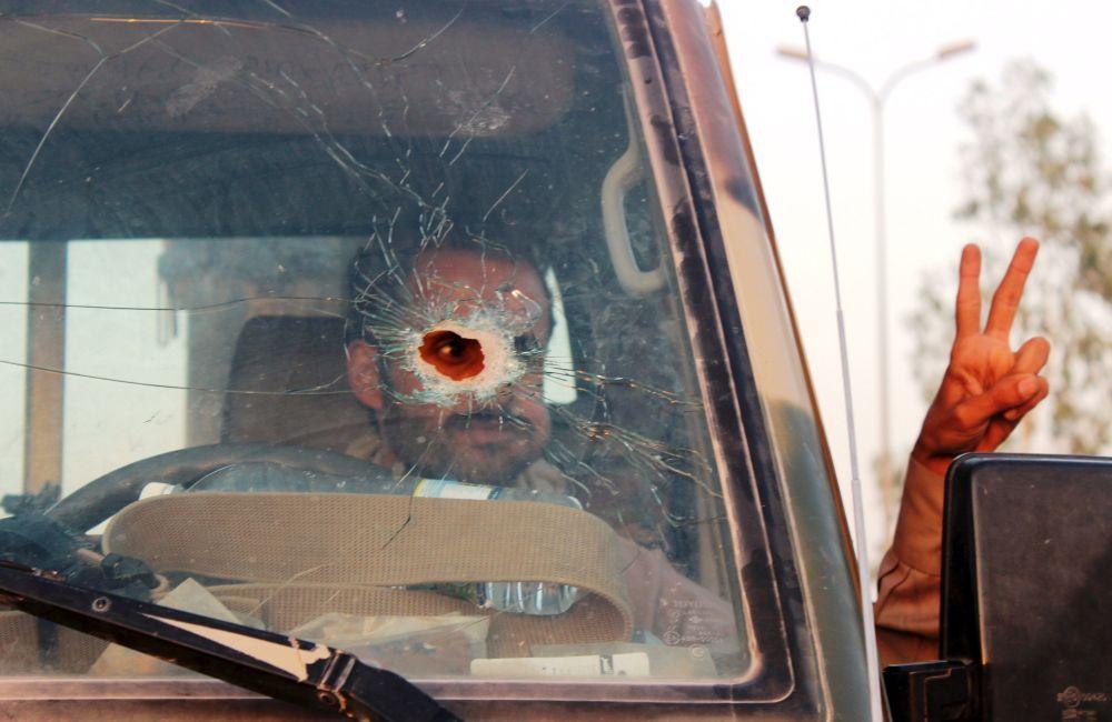 Jemieński żołnierz za kierownicą samochodu w mieście  Ma'rib