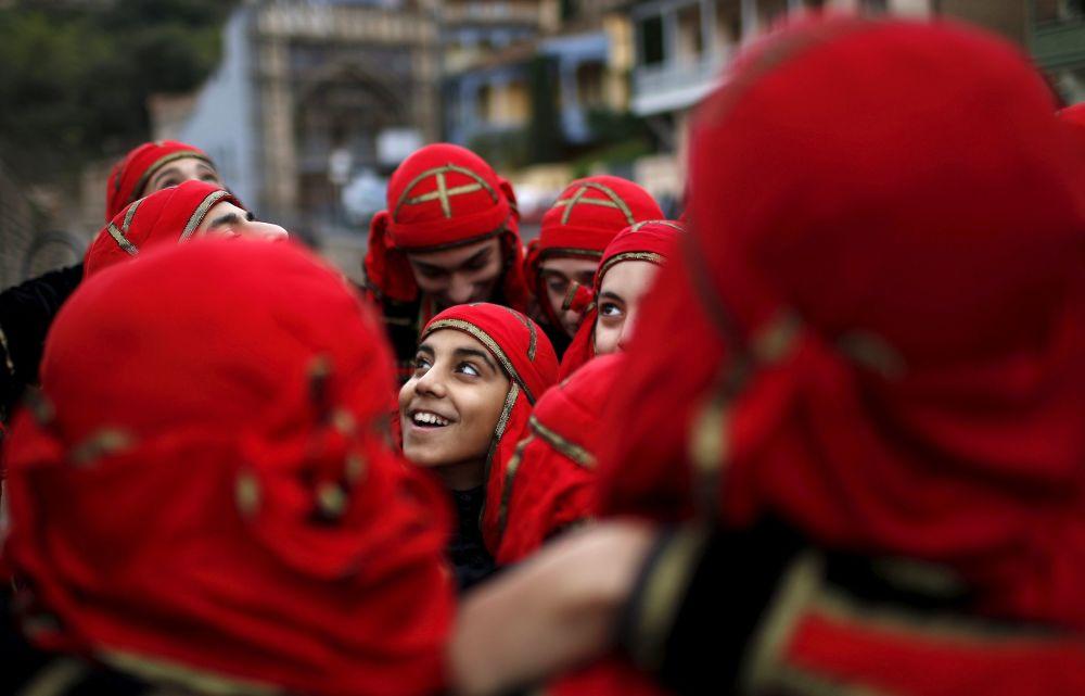 Tancerze przygotowują się do występu w Dniu miasta Tbilisi