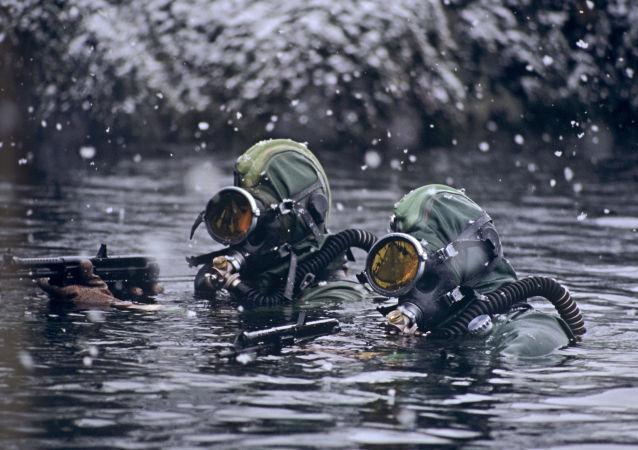 Członkowie jednostek specjalnych na morzu Barentsa