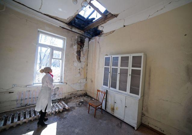 Zniszczony szpital w wyniku działań zbrojnych w Doniecku