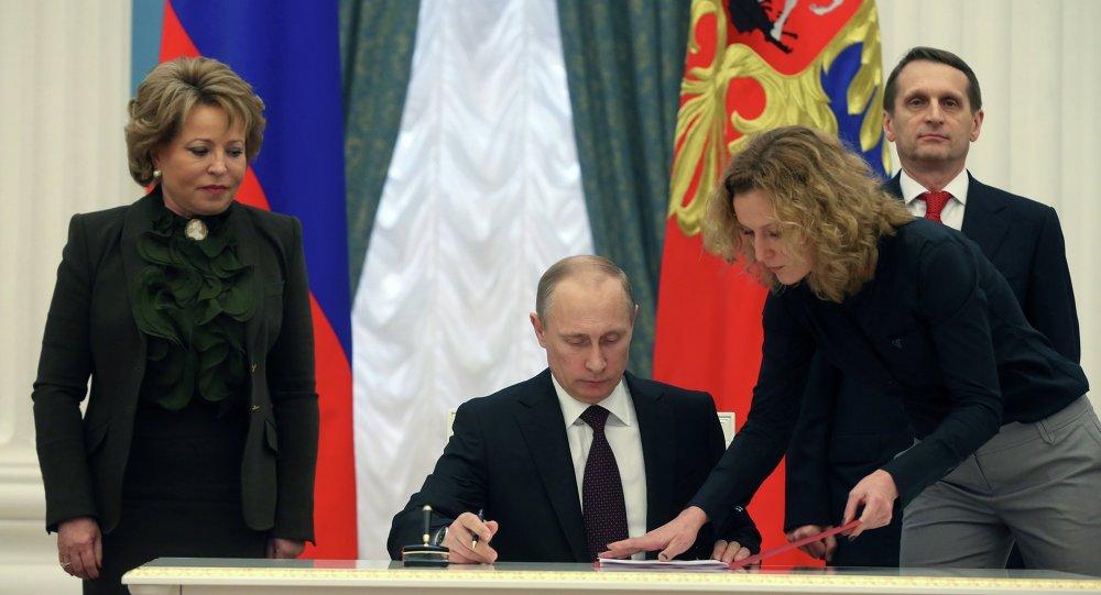 Prezydent Rosji Władimir Putin podpisuje akt przyłączenia Krymu do Rosji