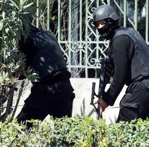 Tunezyjsckie służby bezpieszeństwa obok Muzeum Bardo