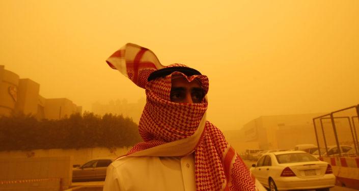 Mieszkaniec Arabii Saudyjskiej podczas burzy piaskowej