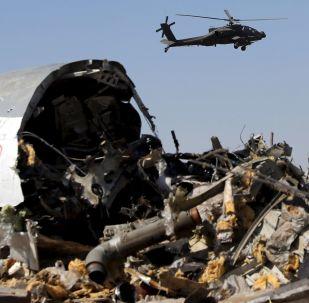Egipski helikopter nad fragmentami rosyjskiego samolotu A321