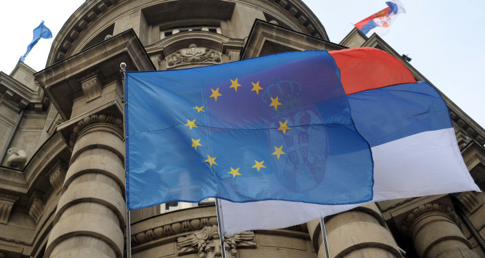 Flagi UE i Serbii na fasadzie budynku rządu w Belgradzie