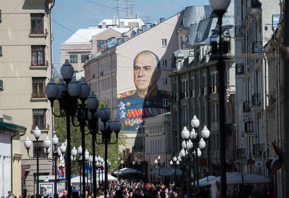 Graffiti z wizerunkiem marszałka Georgija Żukowa na jednym z domów na Starym Arbacie, utworzone z okazji 70. rocznicy Zwycięstwa w Wielkiej Wojnie Ojczyźnianej