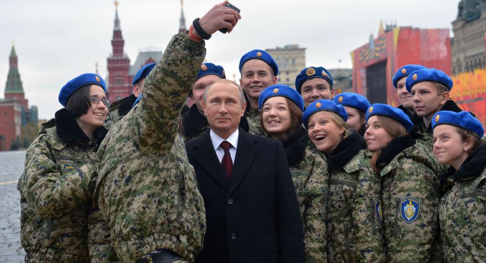 Prezydent Rosji Władimir Putin z funkcjonariuszami  jednostki specjalnej Wympieł