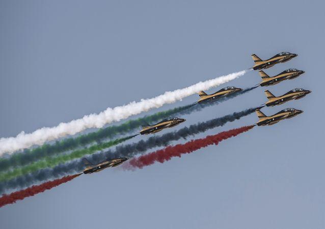Grupa pilotażowa Wojskowych Sił Powietrznych Zjednoczonych Sił Powietrznych Al Fursan na Międzynarodowej Wystawie Lotniczo-Kosmicznej w Dubaju.