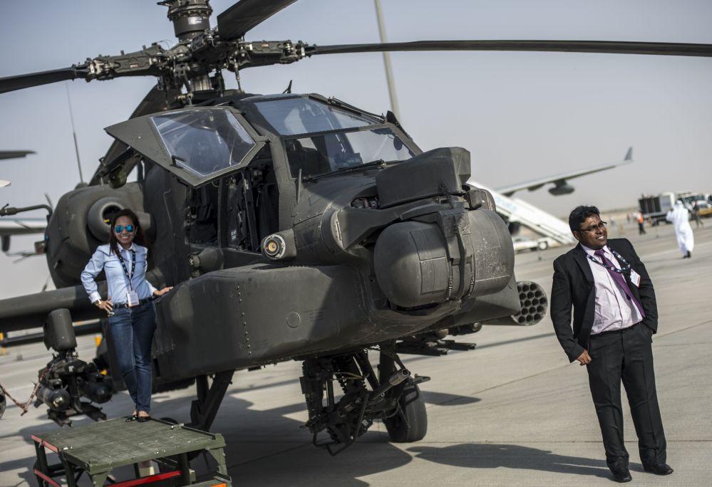 Helikopter AH-64 Wojskowych Sił Powietrznych USA na Międzynarodowej Wystawie Lotniczo-Kosmicznej w Dubaju
