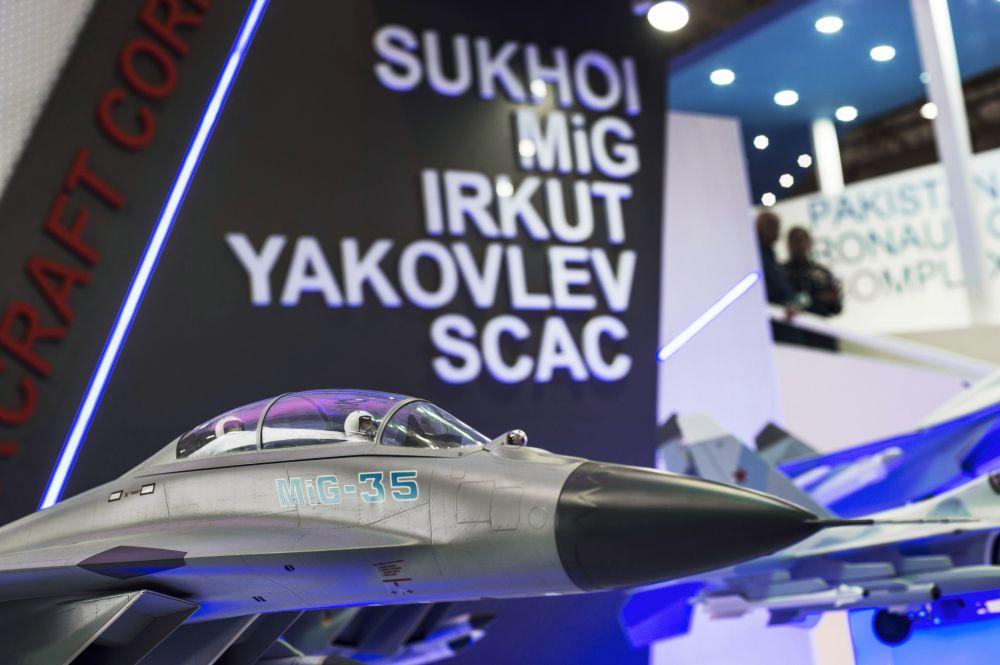 Model myśliwca MiG-35 na stendzie Zjednoczonej Korporacji Przemysłu Lotniczego na Międzynarodowej Wystawie Lotniczo-Kosmicznej w Dubaju