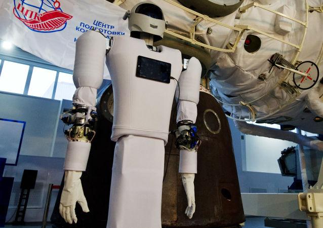Nowy antropomorficzny system robototechniczny Andronaut podczas demonstracji w Centrum Szkolenia Kosmonautów