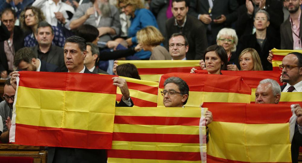 Flagi Hiszpanii i Katalonii na sesji parlamentarnej w Barcelonie