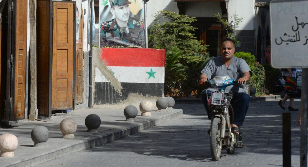 Mieszkaniec na jednej z ulic Damaszku