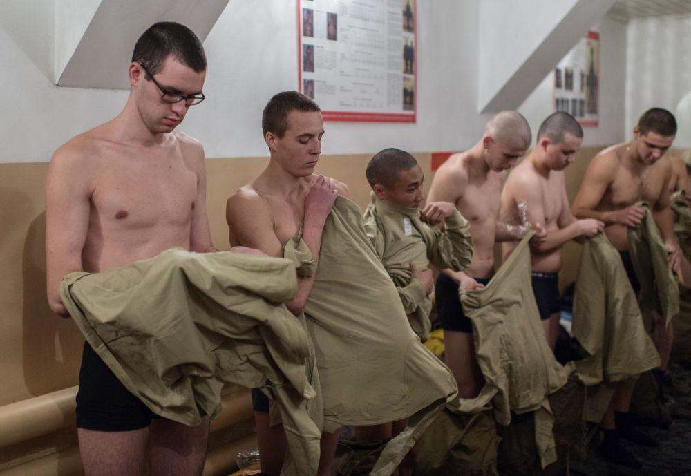 Poborowi przymierzają mundur w punkcie rekrutacji obwodu omskiego
