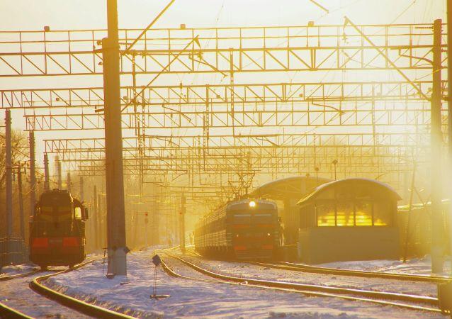 Pociąg na podmoskiewskiej stacji kolejowej Pawszyno podczas zachodu słońca